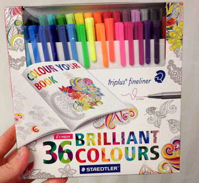 vuxen målarbok pennor